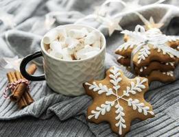 adornos navideños, galletas de cacao y pan de jengibre. foto