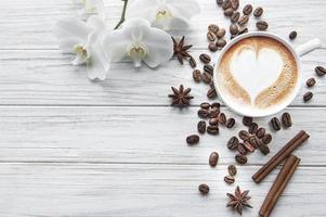 una taza de café con patrón de corazón foto