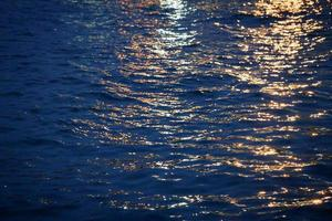 rayos de luz sobre el agua durante el crepúsculo foto