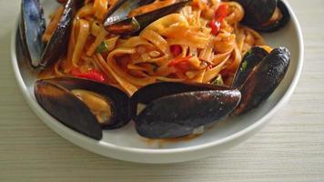 macarrão espaguete com mexilhão e tomate video