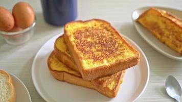 pain doré pour le petit déjeuner video