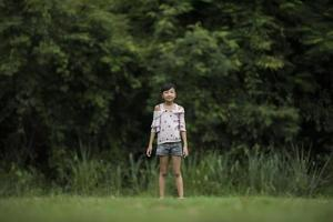 feliz linda niña corriendo sobre la hierba en el parque foto