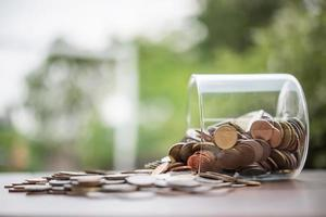Ahorre dinero para el concepto de inversión coin baht thai en el frasco de vidrio foto
