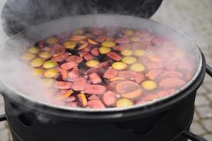 el chef prepara y vierte vino caliente caliente foto