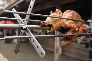 a la parrilla a fuego abierto, asar un cerdo foto