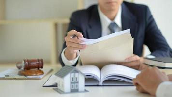 The lawyer is currently providing legal advice on real estate trading. photo