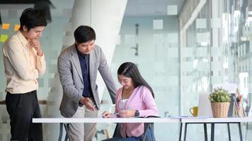Toma recortada de la puesta en marcha de hombres y mujeres jóvenes están discutiendo su nuevo proyecto en una oficina moderna. foto