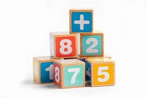 Alfabeto inglés de madera de colores para el aprendizaje escolar de la educación. foto