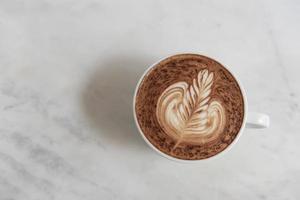 café moka con espuma espumosa, vista superior en la mesa de café. foto