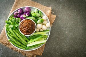 Pasta de ají de pescado fermentado con verduras frescas foto