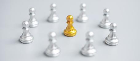 piezas de peón de ajedrez dorado o empresario líder líder con círculo de hombres plateados. concepto de liderazgo, negocios, equipo y trabajo en equipo foto