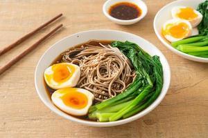 fideos ramen con huevo - estilo de comida vegana o vegetariana foto