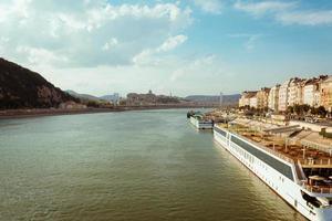 Paisaje urbano de Budapest en Hungría con el castillo de Buda y el puente Elizabeth sobre el río Danubio foto