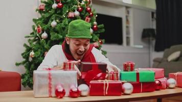 Asian men open the gift box in the living room. video