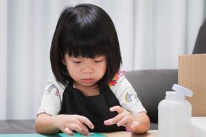 niño de jardín de infantes pega los detalles de la caja de papel artesanal. trabajo creativo hecho a mano. proyecto de creatividad infantil. trabajo artesanal. manualidades para niños. educación en casa. foto