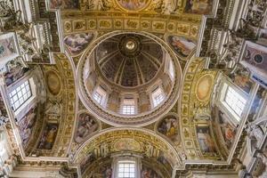 Roma, Italia, 24 de septiembre de 2018 - Frescos de la cúpula de la capilla paulina en la iglesia de Santa María la Mayor en Roma, Italia. es una basílica mayor papal y la iglesia mariana católica más grande de roma foto