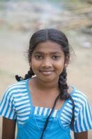 matale. sri lanka, 27 de enero de 2014 - colegiala no identificada en la calle de matale, sri lanka. En Sri Lanka, la educación está financiada por el estado y se ofrece de forma gratuita en todos los niveles. foto