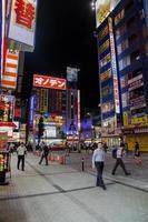 tokio, japón, 5 de octubre de 2016 - personas no identificadas en la calle en el distrito de akihabara en tokio. akihabara es un centro cultural otaku y un distrito comercial de videojuegos y productos informáticos foto