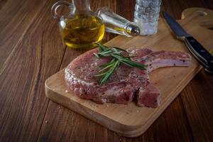 Filete de cerdo crudo en mesa de madera foto