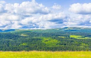 hermoso panorama cabañas cabañas montañas kvitfjell zona de esquí favang noruega. foto
