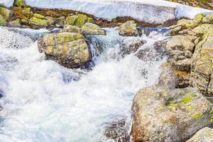 hermoso río storebottane lago vavatn con nieve hemsedal noruega. foto