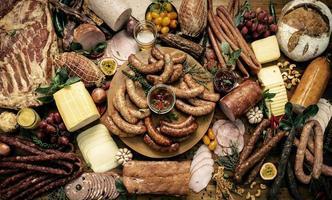 buffet de carnes mesa de embutidos selección de salchichas y jamón foto