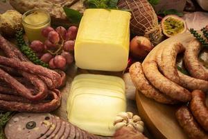 Mesa buffet europea de embutidos, salchicha y selección de jamón. foto