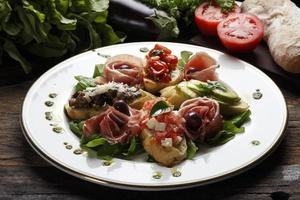ensalada de tomate seco, pan y vino tinto foto