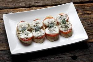 La bruschetta es un antipasti italiano hecho con pan, que se asa a la parrilla con aceite de oliva. foto