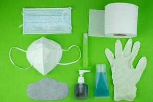 vista superior colección máscara médica gel alcohol y guante y papel de seda para protección contra la contaminación virus gripe corona covid-19 corona pm2.5 polvo y smog, cuidado de la salud y concepto quirúrgico foto