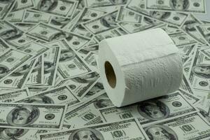 papel higiénico y dinero de la pila de billetes de 100 dólares estadounidenses con una gran cantidad de textura de fondo, es decir, cuesta un precio caro y un concepto de productos de alto precio foto