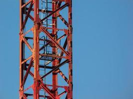 viga principal de una grúa torre contra el fondo del cielo nublado. foto