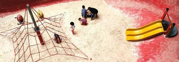 bangkok, tailandia 20 de julio de 2017 parque infantil en el patio de arena en central park. foto
