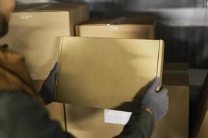 repartidor con paquetes foto