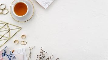 escritorio con taza de té foto