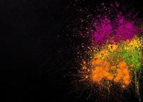 explosión holi colores fondo oscuro foto