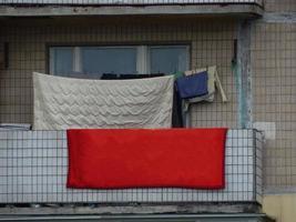 la ropa lavada se seca en el balcón de la casa foto