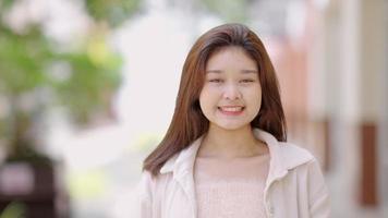 adolescente asiatique souriant joyeusement video