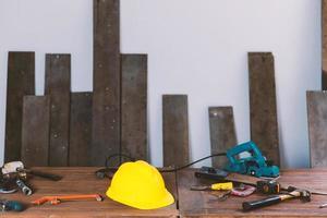 Herramientas de maquinaria de carpintería en el taller de carpintería foto