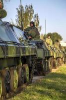 belgrado, serbia, 10 de octubre de 2014 - soldados serbios no identificados en vehículos de combate de infantería bvp m-80a de las fuerzas armadas serbias como preparación para el 70 aniversario de la liberación de belgrado en la segunda guerra mundial. foto