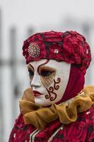 Venecia, Italia, 10 de febrero de 2013 - Persona no identificada con máscara de carnaval veneciano en Venecia, Italia. en 2013 se celebra del 26 de enero al 12 de febrero. foto