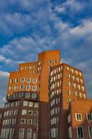 dusseldorf, alemania, 8 de noviembre de 2011 - edificios gehry en duesseldord, alemania. los edificios gehry en el puerto de dusseldorf son maravillosos representantes de la arquitectura posmoderna. foto
