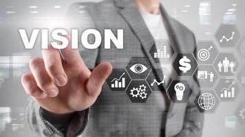 concepto de visión. gente de negocios y ciudad moderna en segundo plano. medios mixtos de pantalla virtual foto