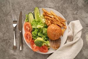 Vegetabes y comida rápida en un plato, vista superior plana. foto