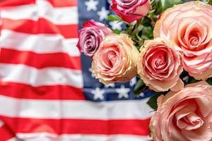 rosas sobre la vista superior de la bandera de Estados Unidos. día de la independencia y día conmemorativo de los estados unidos foto