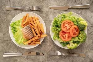 Platos con comida rápida y comida sana, vista superior plana. foto