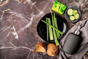 cosmética natural con aloe vera, cocos y jabón artesanal foto