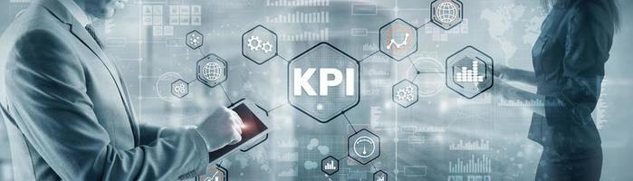 indicador clave de rendimiento. kpi. empresario ofrece concepto de éxito kpi foto
