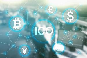 ico: oferta inicial de monedas, blockchain y concepto de criptomoneda en el fondo borroso del edificio empresarial foto