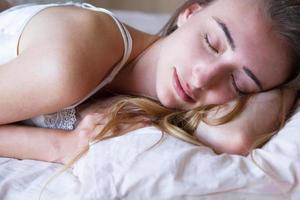 Dormir linda chica mujer en almohada retrato cerca de fondo, joven y bella mujer asiática durmiendo foto